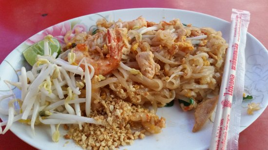 Lee Gardens Plaza : Pad Thai outside hotel (lorry store at McD), available at night only