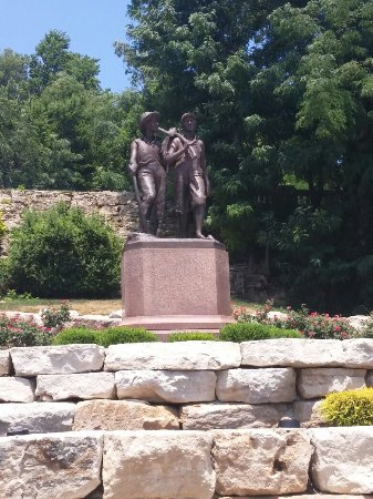 Tom and Huck's Statue: 20160625_125650_large.jpg