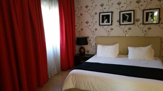 Hotel Mestre Afonso Domingues: Comfortable king bed