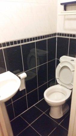 Kleine badkamer, douche zit tegen over de wc - Picture of Royal ...
