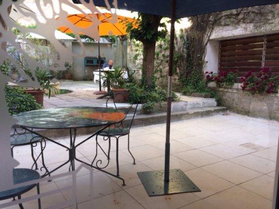 Pons, Γαλλία: La patio du restaurant