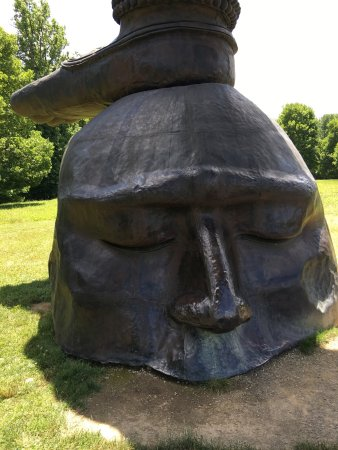New Windsor, estado de Nueva York: The Three Legged Buddah and other sculptures at Storm King Art Center