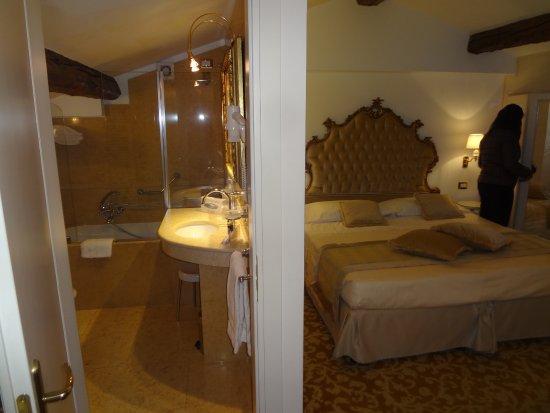 Hotel Al Duca di Venezia: Nice bed & bathroom