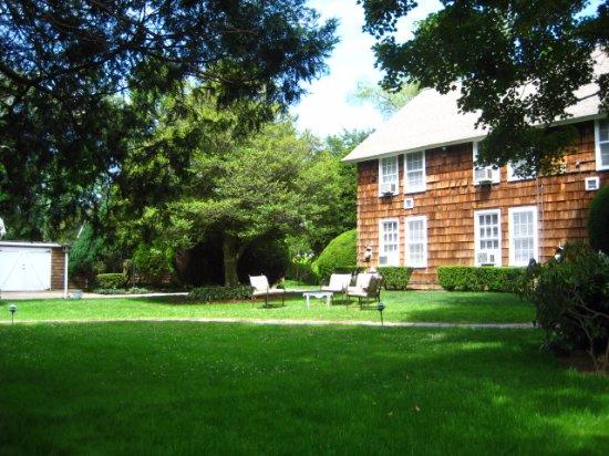 Gansett Green Manor:  the grassy courtyard
