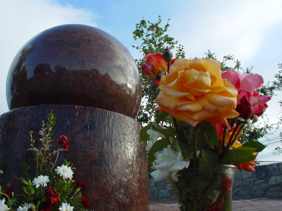 Santa Paula, Kalifornia: Looking up at the Floating Granite Ball with flowers to the memory of the Roy Wilson Jr. 2007