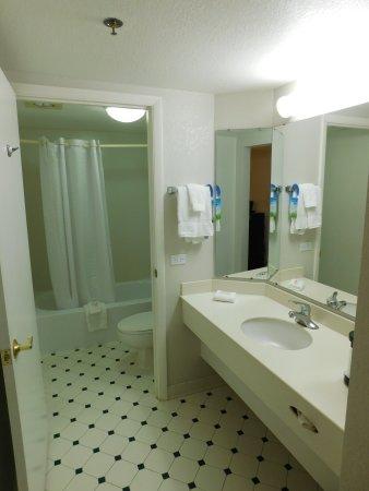 Days Inn & Suites Arlington Heights: Guest Bathroom