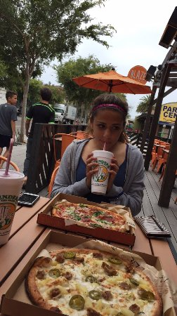 Isla Vista, Califórnia: 30 minute lunch break to devour a pizza and slurp down our smoothies!