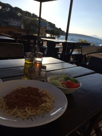 Povlja, Croacia: Salad and pasta