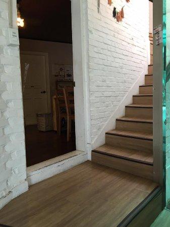 Gom Guesthouse Chungmuro: 玄関を入れば共有スペースキッチン、バスルーム、食卓、お部屋があり、階段があります