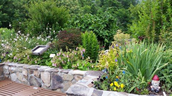 Lake Lure, Carolina del Norte: One of a dozen themed-gardens on this lovely bridge