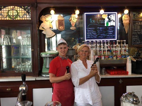 Bramwell, Virginia Barat: a photo op with the young man behind the counter