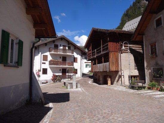Dolomites Inn: The village of Penia
