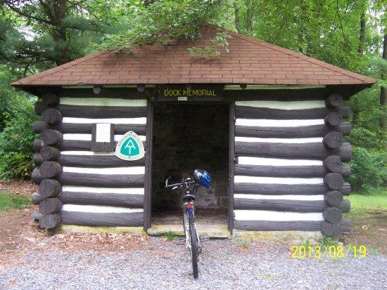 ฟาเยตต์วิลล์, เพนซิลเวเนีย: One of the shelters used by hikers on the Appalachian Trail