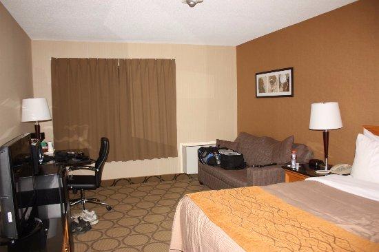 Comfort Inn: Vue de la chambre lorsqu'on entre. Petit, mais fonctionnelle.