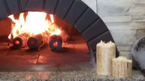 Ballincollig, Irlanda: The signature wood ovens never get the opportunity to cool down