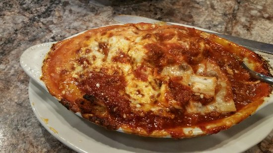 Greenville, IL: Delicious lasagna and garlic bread