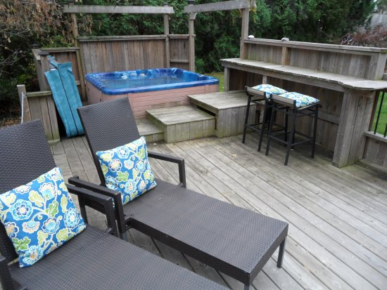 Carbonnel Bed & Breakfast: Backyard deck and hot tub