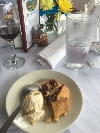 Lake Lure, Carolina del Norte: Razzleberry tart (also showing the fresh flowers and linens for the table)