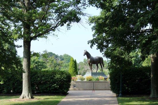Kentucky Horse Park : Man O War memorial
