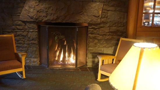 Heathman Lodge: fireplace in lobby