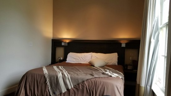 Flint Hill Public House & Country Inn: Comfy Amissville room, common area sofa and Keurig