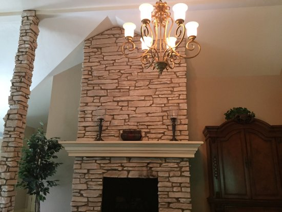 The Roost Bed and Breakfast: So many beautiful features and special touches -Rose petals, soft robes & fireplace in the Bella