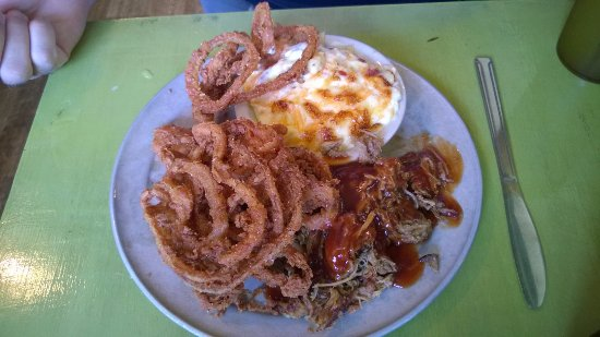 Saluda, Carolina del Norte: Pulled pork plate with onion tanglers and tomato pie