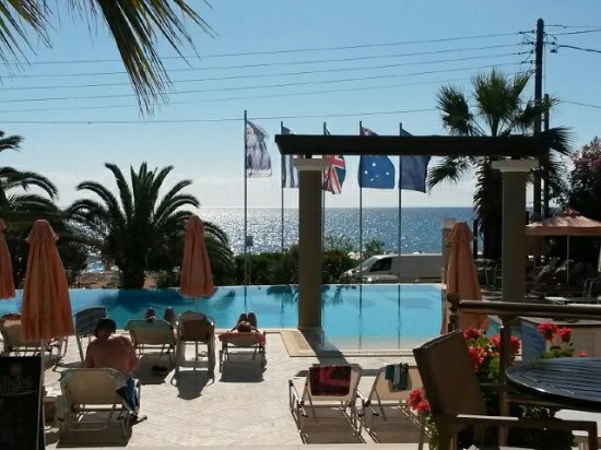 Anassa Hotel: Around the pool taken from the bar