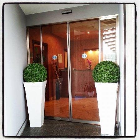 Medea Hotel: Ingresso con vasi bianchi