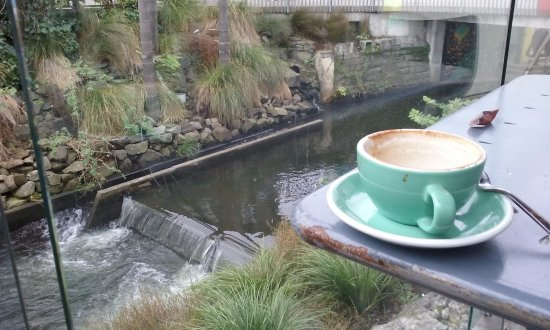 New Plymouth, نيوزيلندا: coffee over the inner city water to the sea
