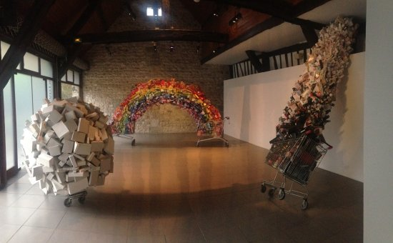 Le Grand-Quevilly, France: arc en ciel et recyclage d'emballage