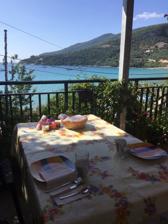 Pansion Limni: view at breakfast time