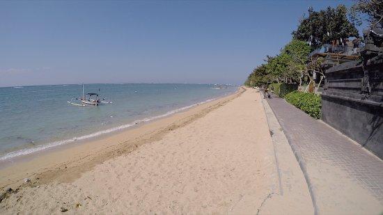 Santai Hotel: The beach 10 min from hotel