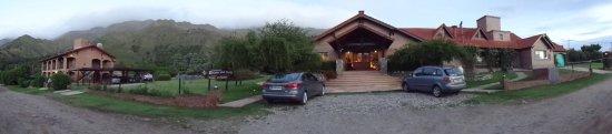Hotel y Duplex Rincon del Valle: Panoramica: duplex, parque, hotel, cancha y cocheras.