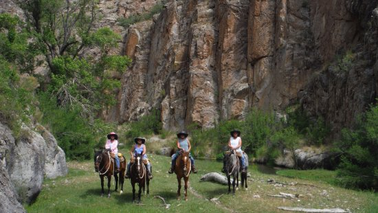 Geronimo Trail Guest Ranch: Photo op below a Mimbres' cliff dwelling
