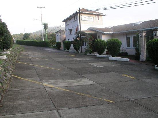 Hotel Don Quijote: Cuenta con estacionamiento frente al Hotel