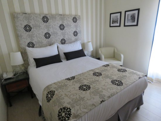 Eldan Hotel: Not much room around the bed