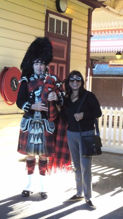 Aviemore, UK: The famous piper who flagged us off - pic with my wife.