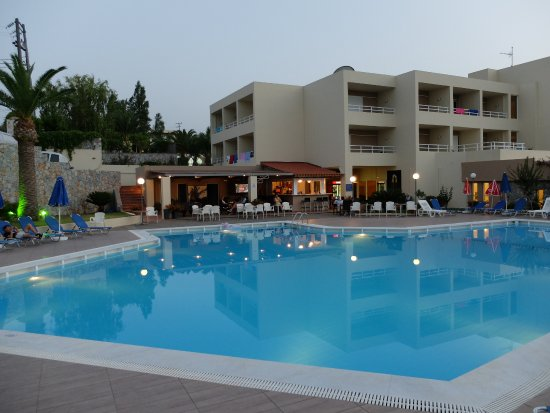 Hotel Eleftheria: Building 1 and in the front the pool with poolbar