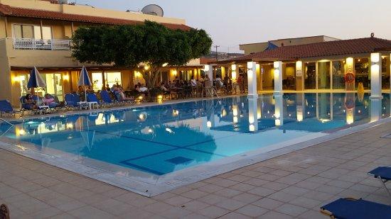 grande piscine pr s du bar et du restaurant photo de lavris hotels spa kato gouves. Black Bedroom Furniture Sets. Home Design Ideas