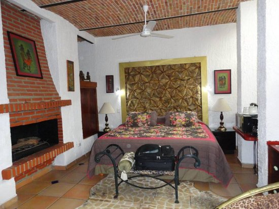 Casa Flores: Ceilings-amazing! Bed-extremely comfortable! Fresh flowers- a charming touch! The shower-HOT!