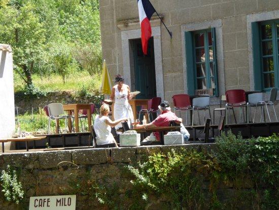 Termes, France : le café à coté de la mairie