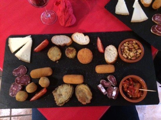 Bourg-Madame, Γαλλία: Assiette de Tapas. Copieux.