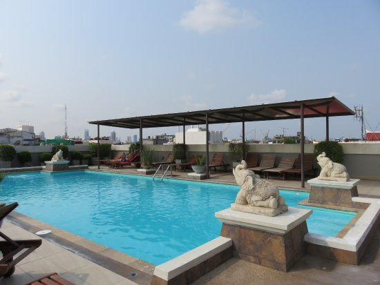 Rambuttri Village Inn & Plaza: One of the two rooftop pools