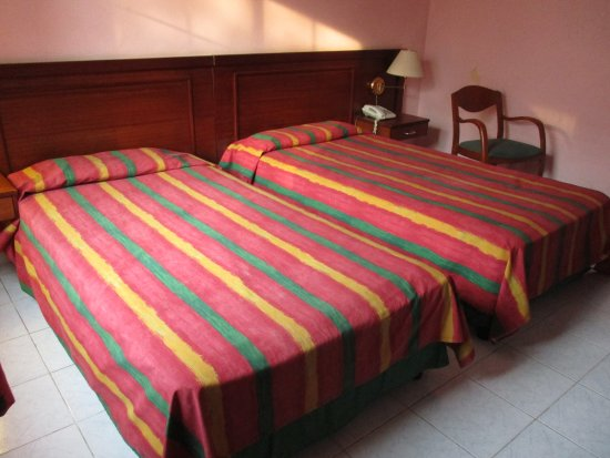 Hotel Vedado: Room 323 twin beds not great pillows
