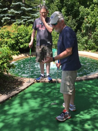 Sterling, MA: We went to Mulligan's for a round of mini golf! Nicely landscaped with water falls and traps!!!