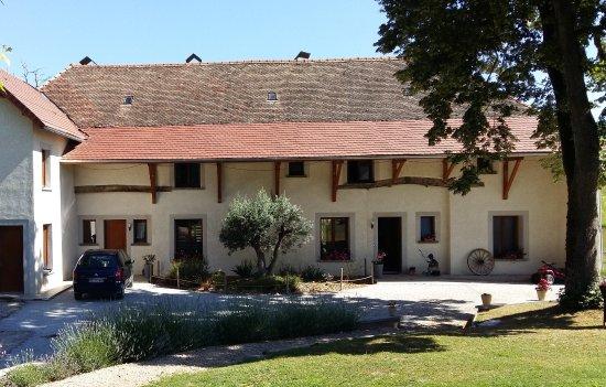 Corbelin, France: La maison avec l'entrée des chambres d'hôtes.