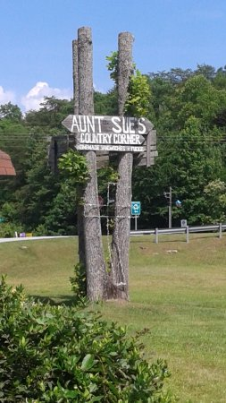 Aunt Sue's Country Corner : sign