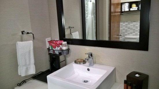 Ivy Hotel Napa: Vista da pia, separada do banheiro