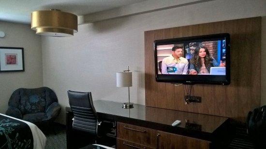 Ivy Hotel Napa: TV e escrivaninha